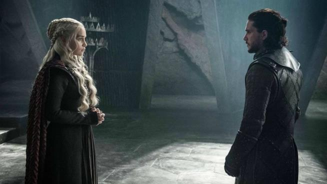 Emilia Clarke e Kit Harrington sul set di Game of Thrones
