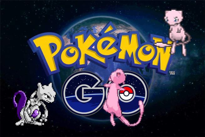 Mew e Mewtwo svolazzano accanto al logo di Pokémon GO
