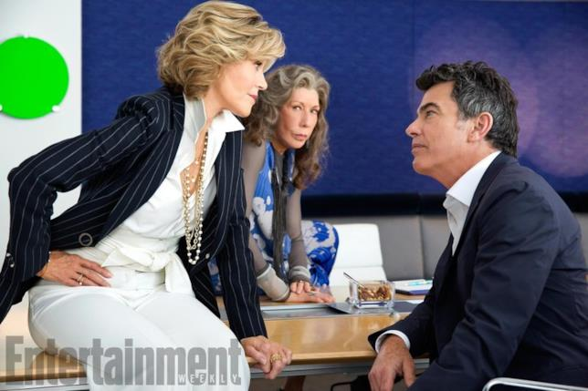 Grace seduta sul tavolo mentre fronteggia la sfacciataggine di Nick