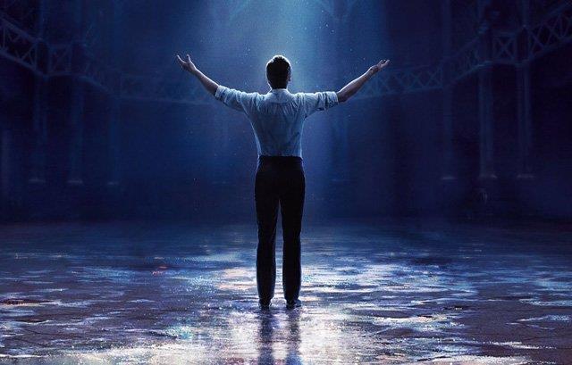 P.T. Barnum inaugura un nuovo spettacolo in una scena di The Greatest Showman