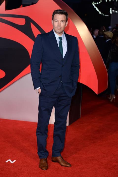 Ben Affleck indossa un completo blu sul tappeto rosso inglese di Batman v Superman