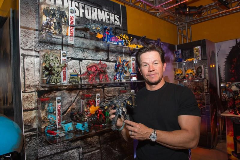 Mark Wahlberg e alcune delle action figure ispirate a Transformers - L'ultimo cavaliere