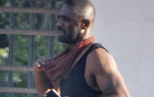 Idris Elba si prende una pausa sul set della Torre Nera