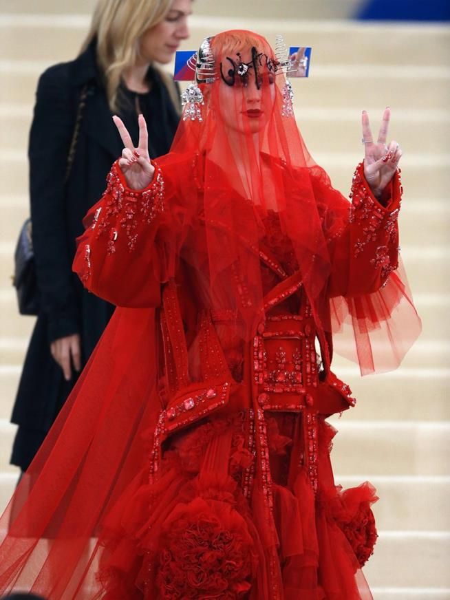 Katy Perry in rosso Margiela