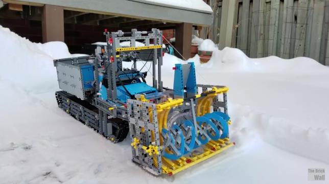 Spalaneve funzionante di LEGO Technic costruito dal team di The Brick Wall