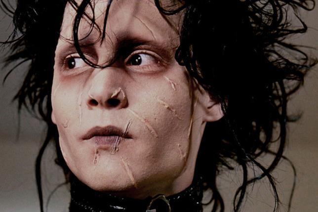 Primo piano di Johnny Depp nei panni di Edward mani di forbice