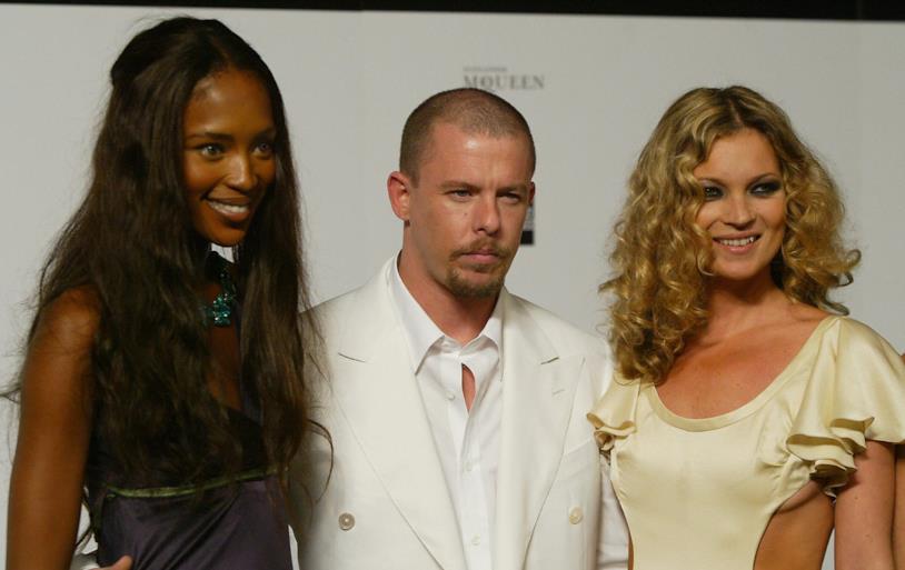 Naomi Campbell e Kate Moss con il designer Alexander McQueen