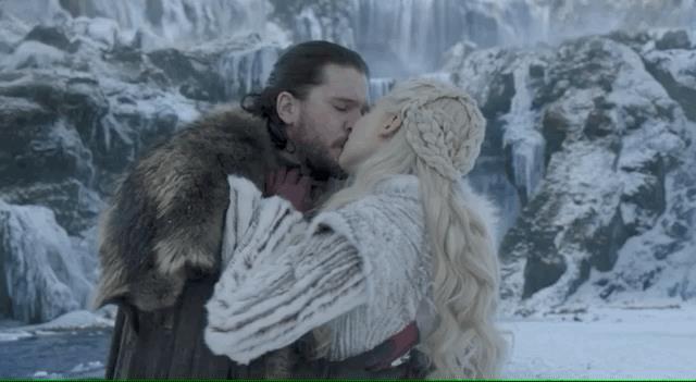 Jon Snow bacia Daenerys in GoT 8x01