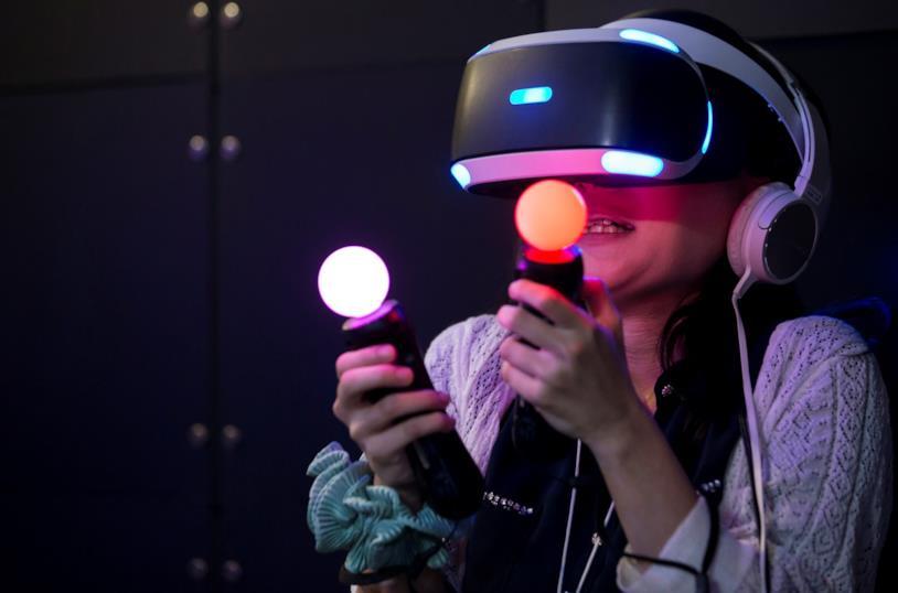 Una giocatrice si diverte con PlayStation VR al Tokyo Game Show