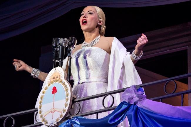 Malika Ayan sul palco nel ruolo di Evita Perón
