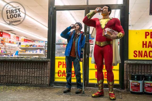 Zachary Levy in costume da Shazam e Jack Dylan Grazer nei panni di Freddy Freeman mentre escono da un supermarket