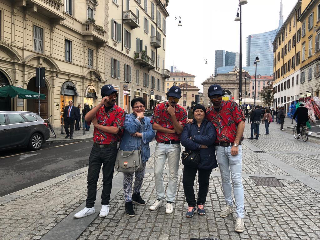 Foto ricordo con i sosia di Magnum P.I. a Milano