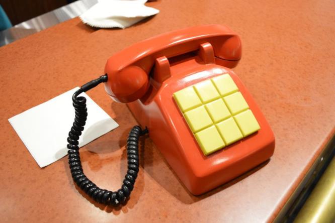 Il telefono rosso sul bancone della Taverna di Boe