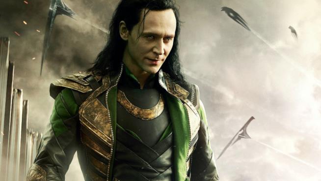 Un primo piano di Tom Hiddleston nei panni di Loki nel poster promozionale di Thor: Ragnarok