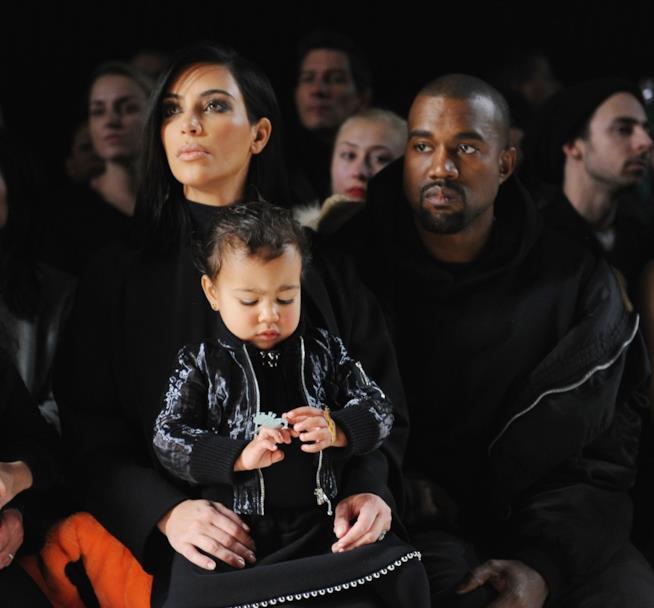 Primo piano di Kanye West e Kim Kardashian con la piccola North