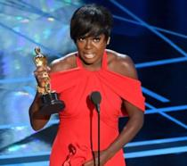 Viola Davis con l'Oscar vinto per Barriere (Fences)