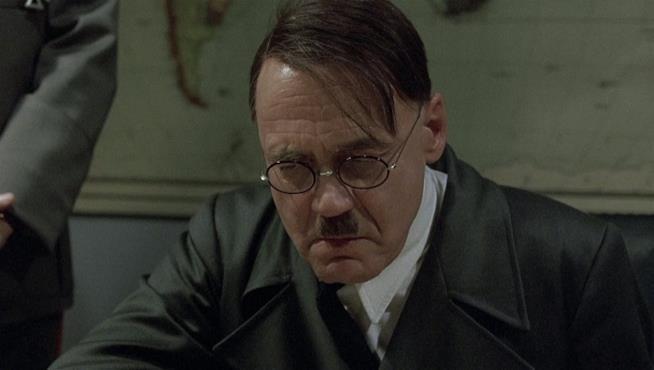 Hitler durante il suo famoso discorso ne La caduta - Gli ultimi giorni di Hitler