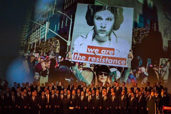 Un'immagine proiettata al memorial che mostra l'importanza di Carrie Fisher nella cultura popolare