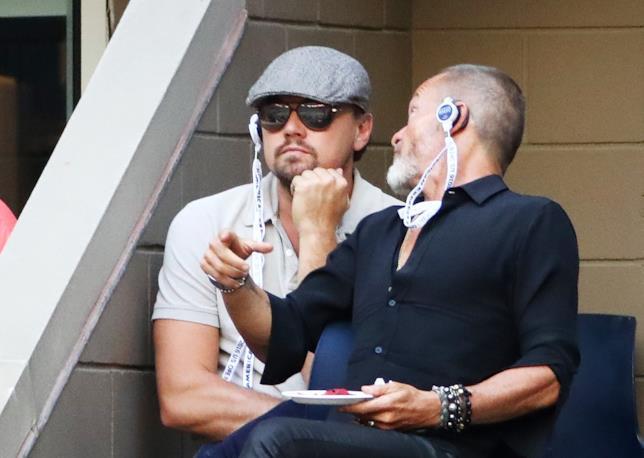 Primo piano di Leonardo DiCaprio con occhiali scuri e cappello