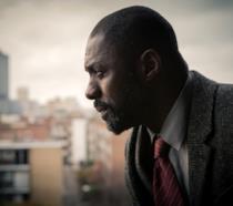 L'attore idris Elba nei panni di Luther