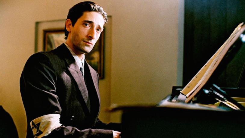 Adrien Brody suona il piano con una stella di David la braccio ne Il Pianista