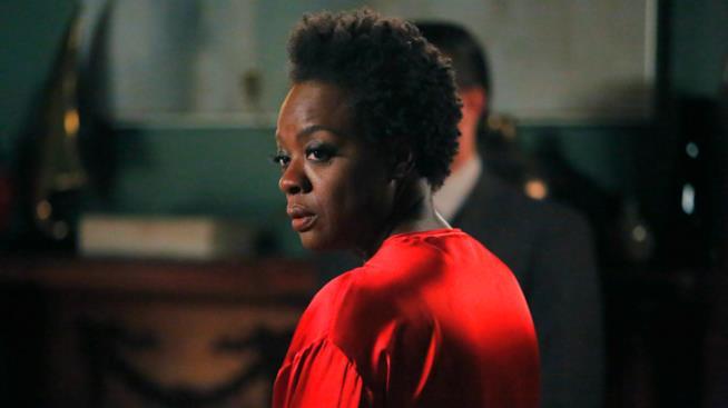 Annalise Keating preoccupata nella seconda stagione di Le regole del delitto perfetto