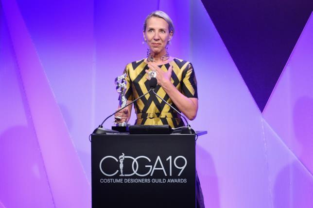 Michele Clapton con uno dei due Costume Designers Guild Awards vinti nel 2017