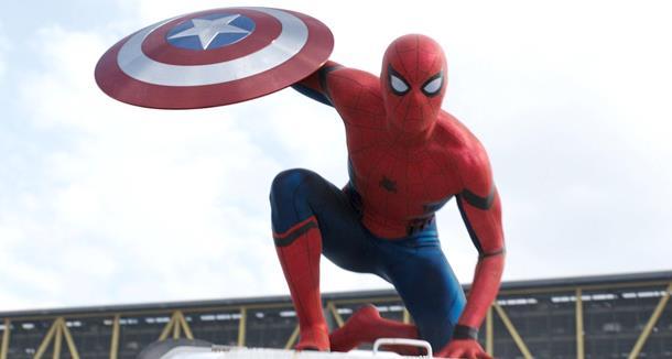 Spider-Man ruba lo scudo di Capitan America in Civil War