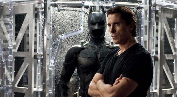 Bruce Wayne (Christian Bale) in una scena de Il cavaliere oscuro di Christopher Nolan