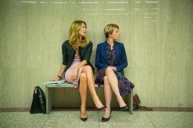 Laura Dern e Scarlett Johansson siedono su una panchina