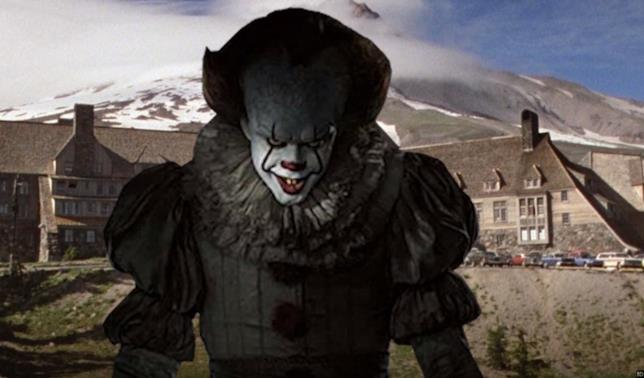 Pennywise davanti l'Overlook Hotel