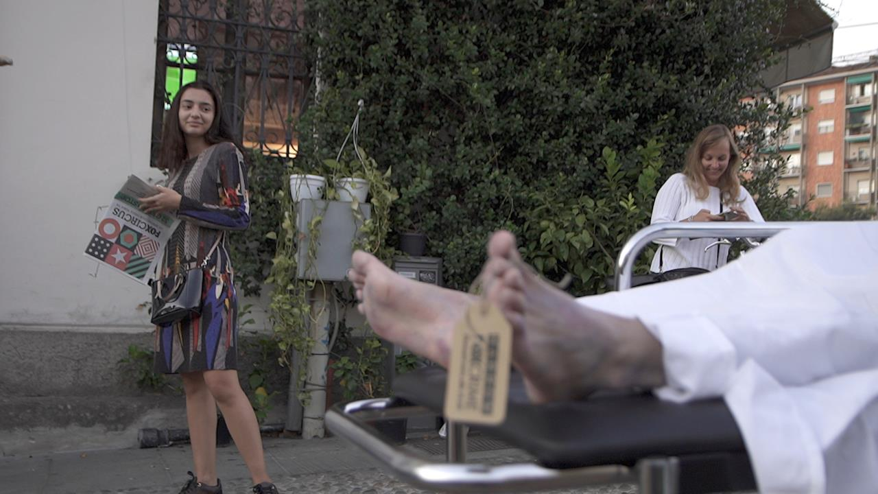 Il finto cadavere in barella in giro per Milano per l'arrivo della serie tv Harrow su FOX Crime