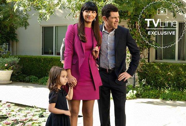 Cece tiene per mano la piccola Ruth mentre è a spasso con Schmidt