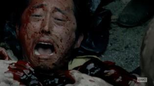 Steven Yeun tenta di sopravvivere a un'orda di vaganti in The Walking Dead