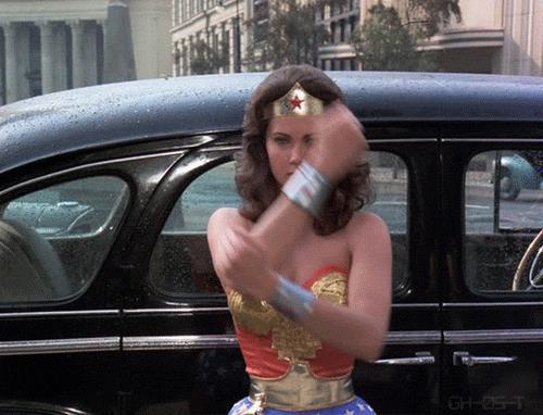Wonder Woman respinge proiettili nella serie anni '70