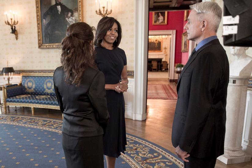 Michelle Obama sorridente davanti a Mark Harmon sul set di NCIS