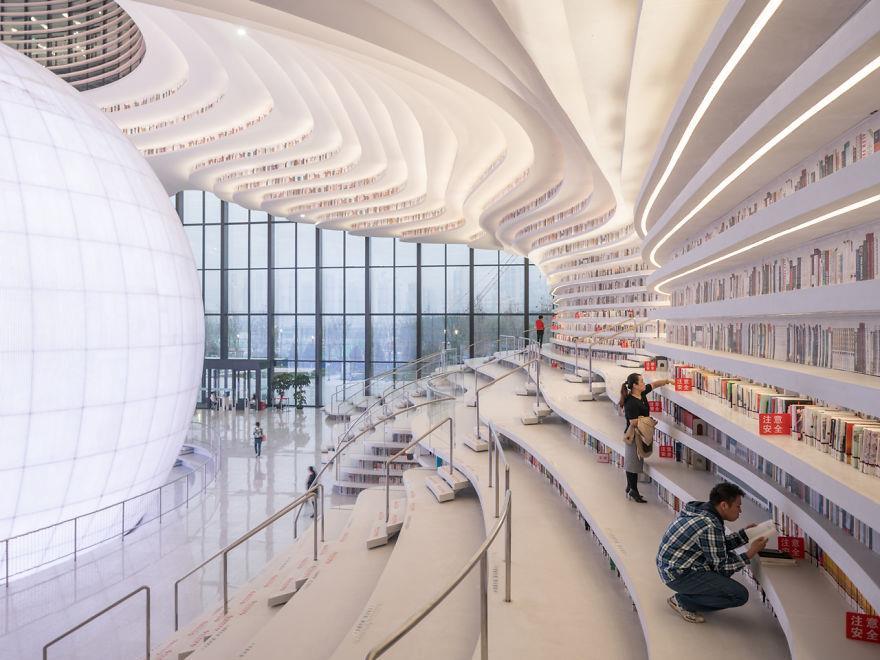 Lettori alla ricerca di libri nella libreria di Tianjin