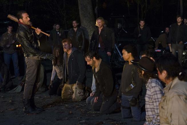 Rick e gli altri si sottomettono a Negan in attesa del suo giudizio