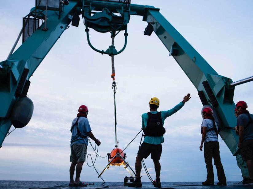 Gli addetti ai lavori e Orpheus, il sottomarino spaziale in fase di testing