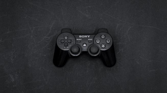 Il controller di PlayStation 4 su una lavagna