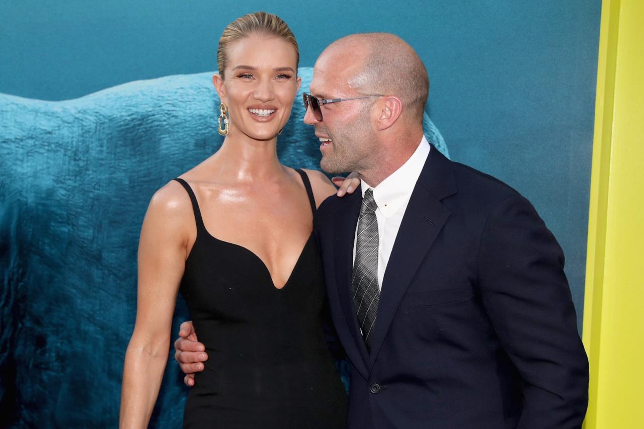 Jason Statham con Jessica McNamee