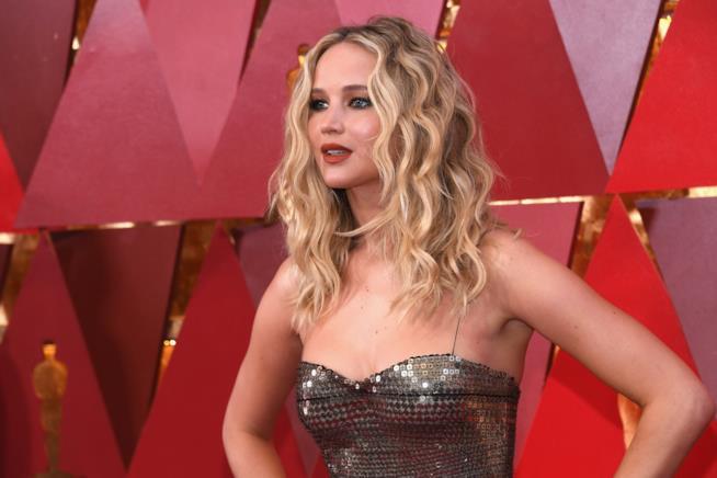 L'attrice premio Oscar Jennifer Lawrence posa per i fotografi sul red carpet