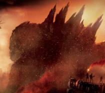 La sagoma di Godzilla contro una città infuocata