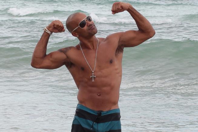 Shemar Moore al mare mostra orgoglioso i suoi muscoli