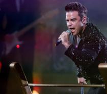 Robbie Williams sul palco durante un concerto