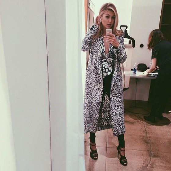 Gigi Hadid scatta una foto davanti allo specchio