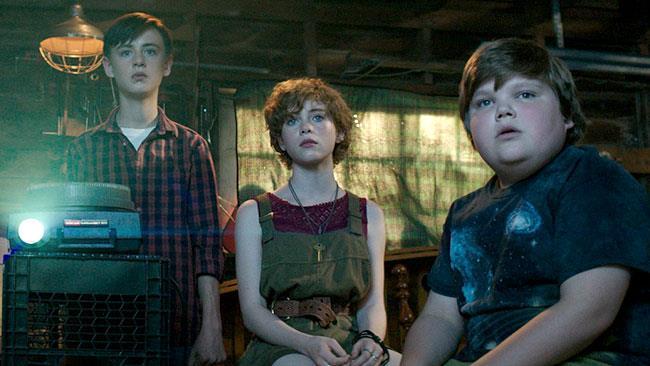 Bill, Bev e Ben con un proiettore in una scena di IT - Prima Parte