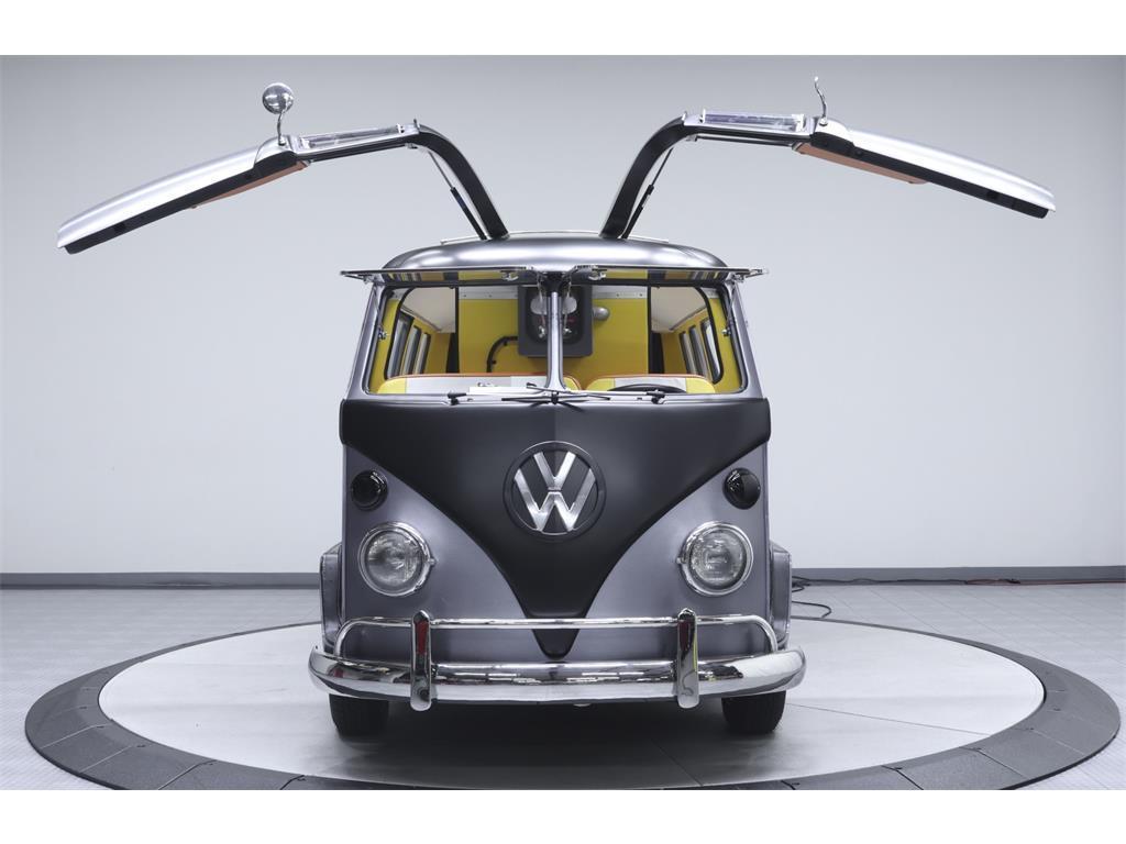 Vista frontale del pulmino Volkswagen di Ritorno al Futuro