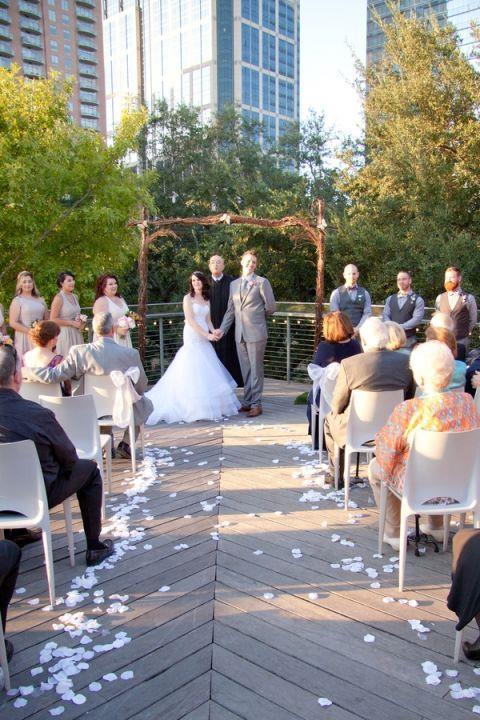 Ashley Idema e Ty Junemann durante le nozze a tema Disney