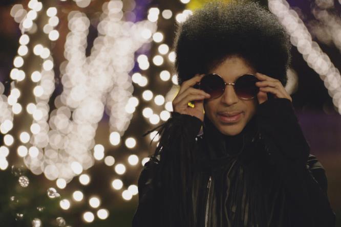 Prince si toglie gli occhiali durante la sua prima apparizione in New Girl